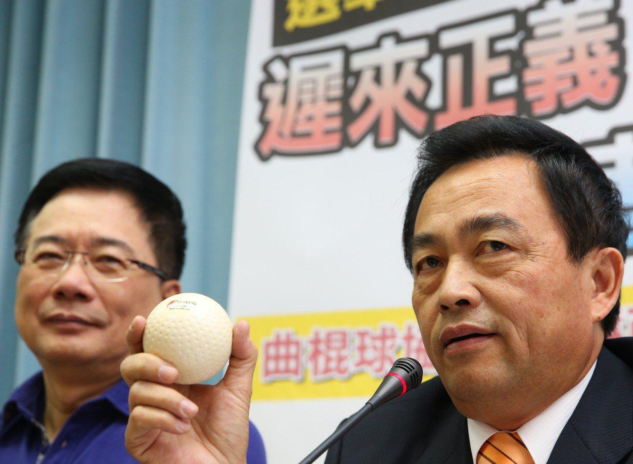 2015年,林滄敏涉詐領公款案特偵組以查無貪瀆不起訴結案,林滄敏(右)舉行記者會...