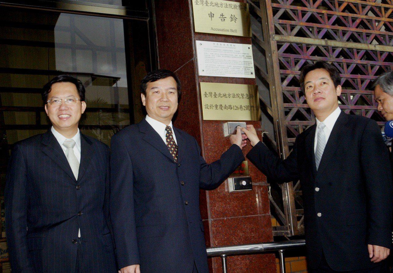 2005年11月,民進黨秘書長李逸洋(中)、立院黨團幹事長賴清德(右)、文宣部主...