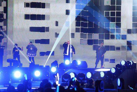 由瘦子、小春、大淵三人所組成的金曲嘻哈團「頑童MJ116」,在今年金曲獎奪得「最佳演唱組合」,鍍金後的他們首次於10日在小巨蛋連開3場演唱會,一共吸引3萬3000人歌迷到場,雖然首場就發生主機出問題...