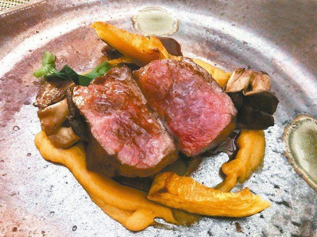 牛菲力為進口乳牛品種,口感軟嫩,搭配來自日本珍貴蕈種、長冶鄉栽種的美姬菇,令人驚...