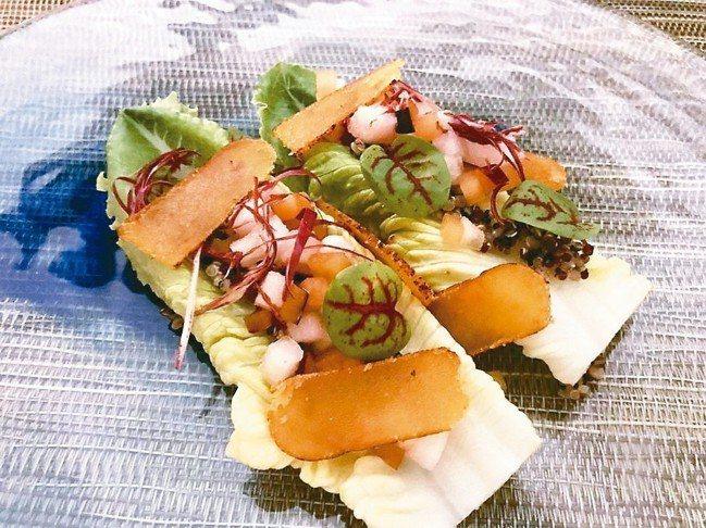 紅蔾花園沙拉上的烏魚子,佐著新鮮的羅曼葉,特別爽口。 圖/游慧君、陳志光