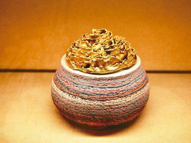 國寶級大師松井康成擅於運用不同陶土的縮水率在同一件作品上。 圖/陳志光、游慧君