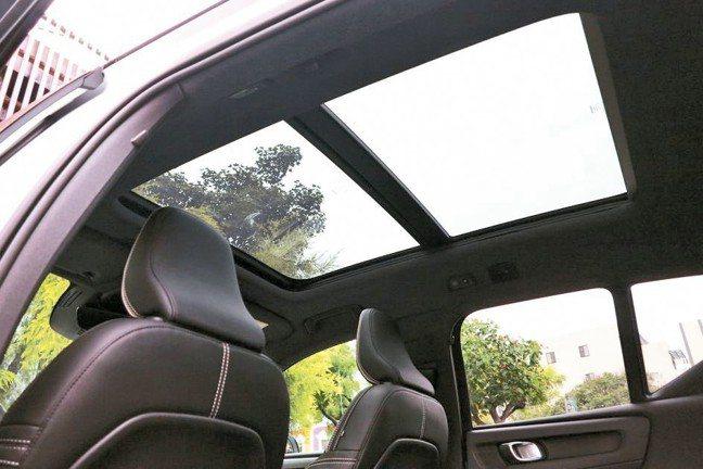 外觀是對比雙色車頂,內部則是全體乘員受惠的前後天窗。 圖/陳志光
