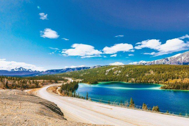 被譽為「世界最美十大公路」的加拿大阿拉斯加公路,已成為玩家自駕遊熱門首選。 圖/...