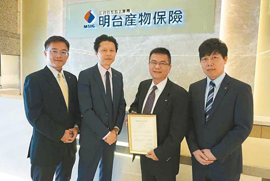 明台產險營運創新本部長飯島健司(左二)帶領團隊開發「旅遊綜合保險的理賠系統」,獲...