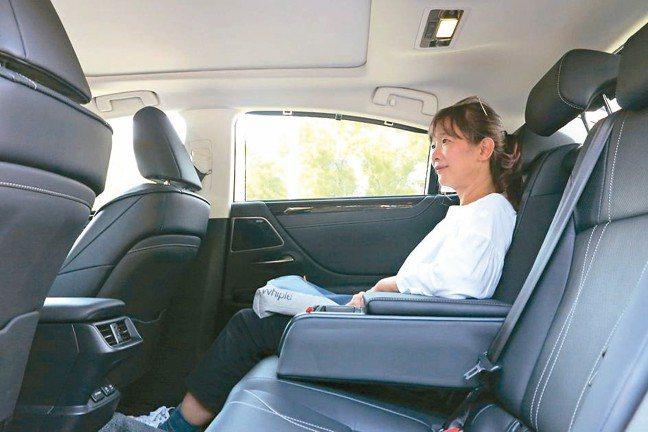 後座「極度」寬敞舒適,媲美旗艦級大型房車。 圖/陳志光
