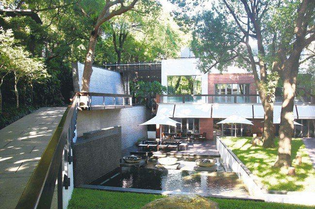 三二行館以「泉、木、樹、石」四個元素,打造出一個自然通透、愜意而悠然的空間。 圖...
