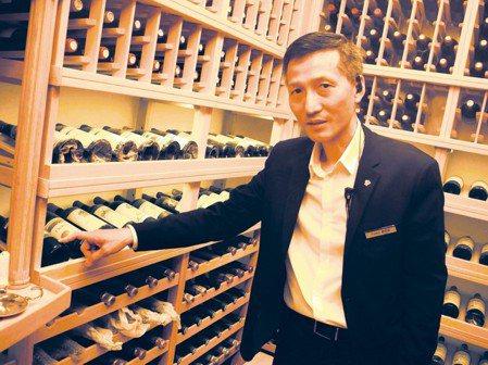 三二行館酒窖裡珍藏價值數億元紅酒,總經理劉民安指著這支1854年產出的紅酒,年代...