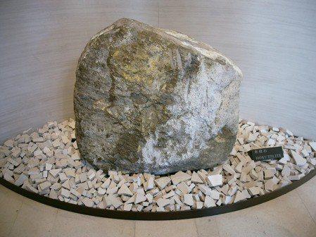重達500多公斤的北投石價值連城,是三二鎮館之寶。 圖/游慧君、陳志光
