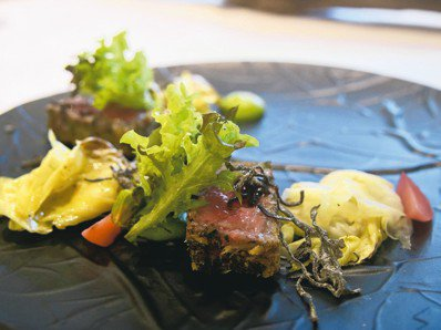 日本A5炸和牛,用宜蘭卜肉的作法讓和牛風味更上層樓,搭配昆布鹽入口,令人驚艷。 ...