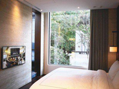 歐式房中,透過大片玻璃窗將窗外的寧靜綠意蔓延到房內角落。 圖/游慧君、陳志光