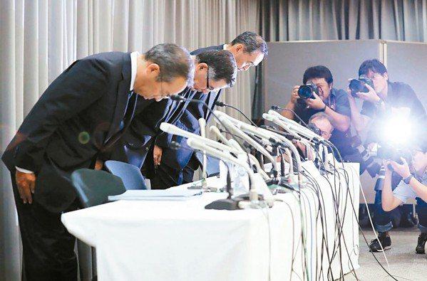 日車廠再爆造假。圖為鈴木汽車高層在記者會上致歉。 法新社