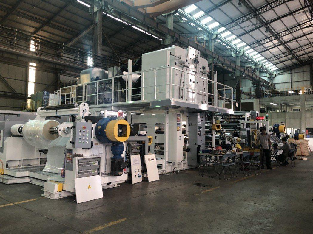鳳記國際於台北國際塑橡膠工業展展示期間,台南廠同步展出生產速度每分鐘400米的食...