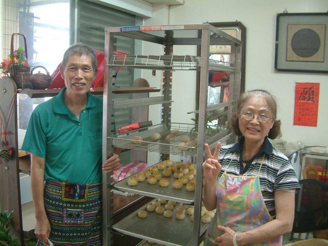 林光男(左)、蔡淑珍(右)賢伉儷,20多年來總是以用心、歡喜心來製作好吃的糕餅給...