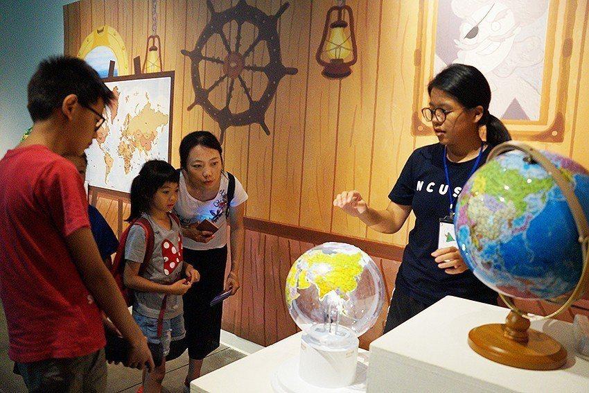 海盜尋找的藏寶圖關卡,學習到地圖常有失真問題,活動透過地圖投影,教導民眾描繪地圖...