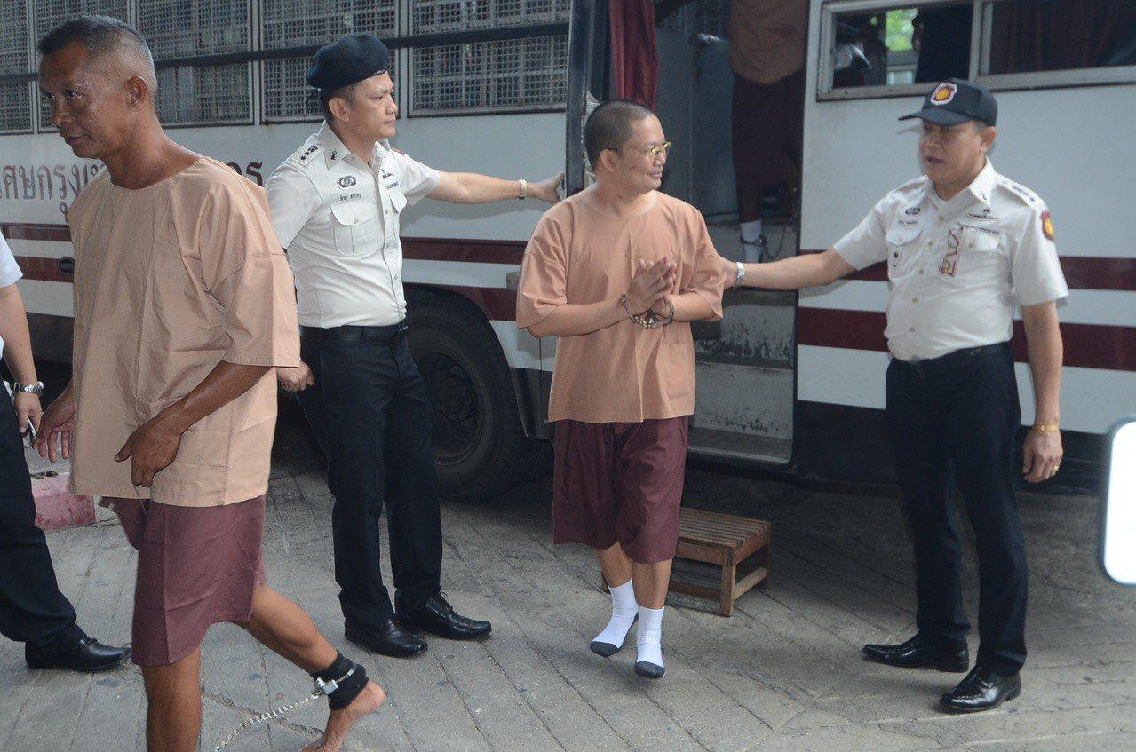詐財又愛用名牌,泰國炫富僧侶維拉蓬遭判刑114年。 法新社