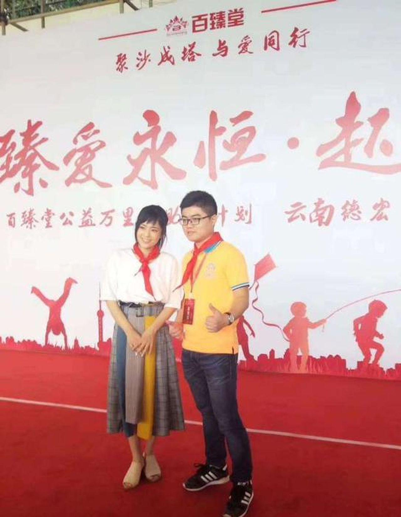 蒼井空(左)出席企業活動配戴紅領巾。(取材自微博)