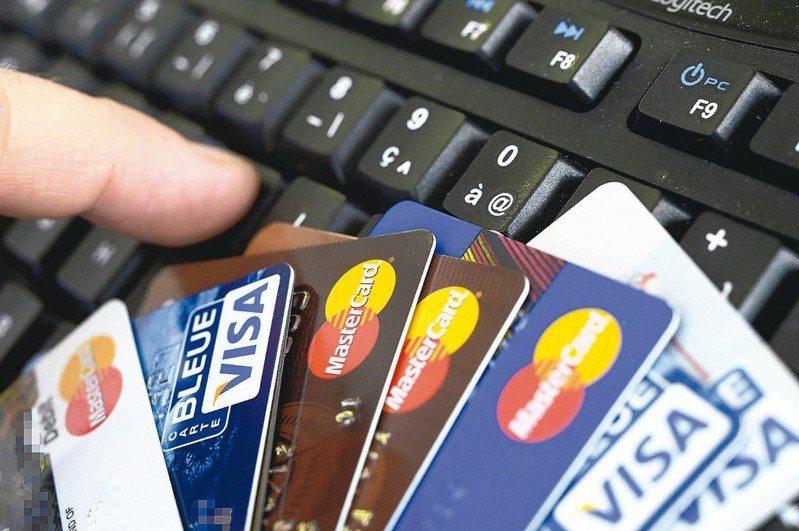 銀行表示,使用信用卡繳學費除了有「緩繳」的好處,還可享0利率分期,今年0利率最多可分6期,但有些銀行分期有門檻,須達一定金額才能辦理。 報系資料照