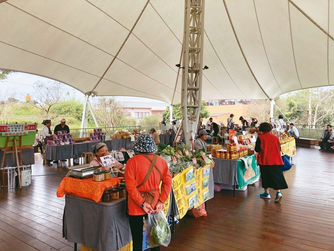微熱山丘村民市集提供當地小農販售健康農產品管道,也一起做公益幫助偏鄉青少年。 記...