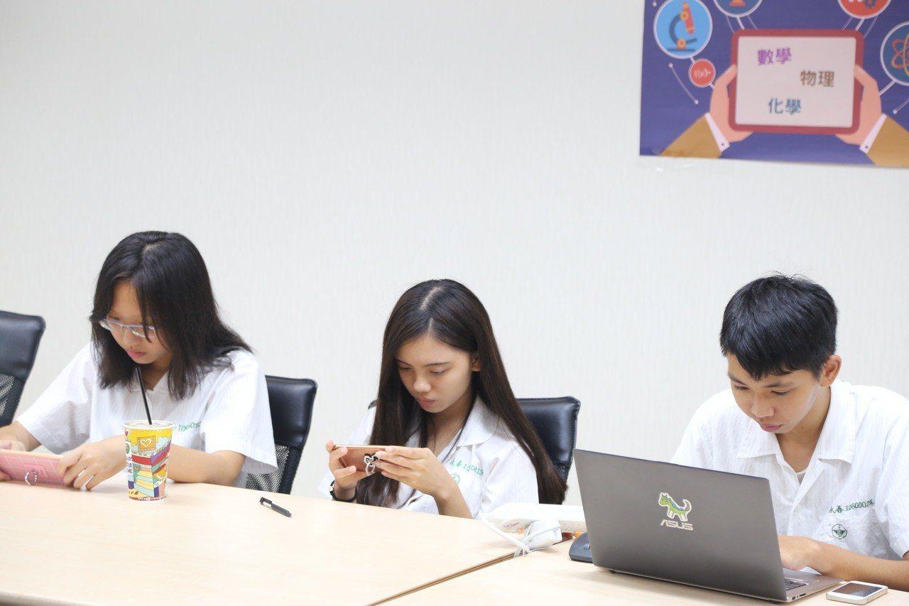 9月將展開新的學年,台北酷課雲針對國中七年級學生、高中一年級學生推出數位先修班,...