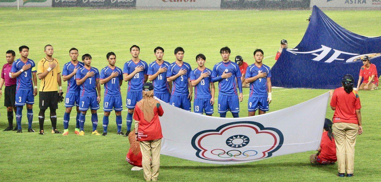 中華男足今天在雅加達亞運首戰巴勒斯坦,防守精彩,以零比零逼和。總教練彭武松表示,...
