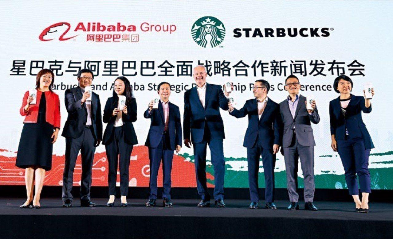 不敵新零售風潮,星巴克執行長強森(右4)與阿里巴巴首席執行長張勇(左4)攜手外送...