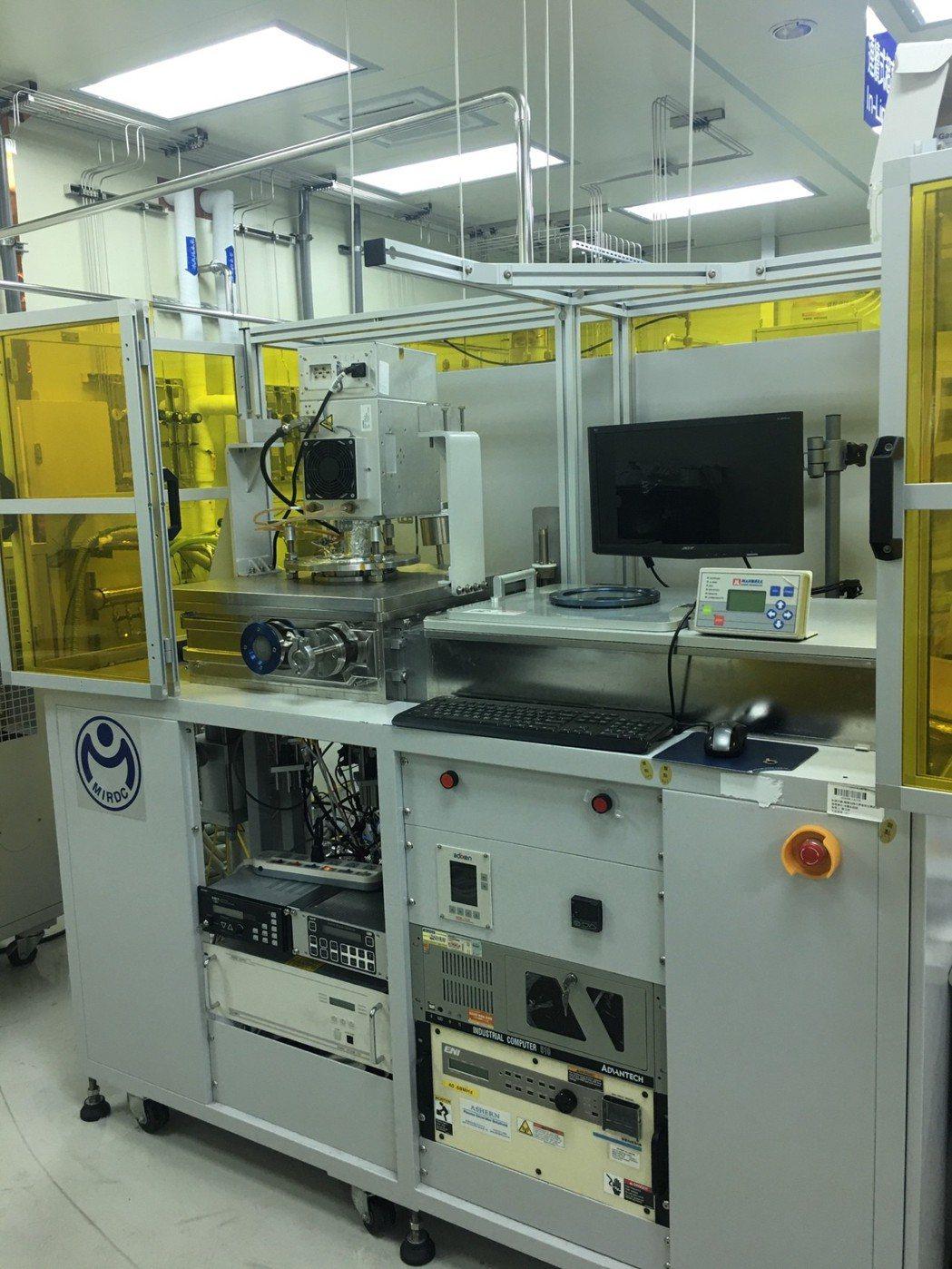 大面積電漿增強化學氣相沉積系統(PECVD)設備。 金屬中心/提供