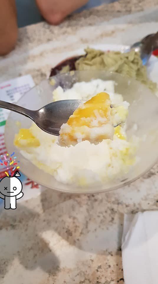 網友攜南韓友人去士林夜市名店吃冰,卻發現冰品內容物與菜單文宣相差甚遠。圖擷自臉書...