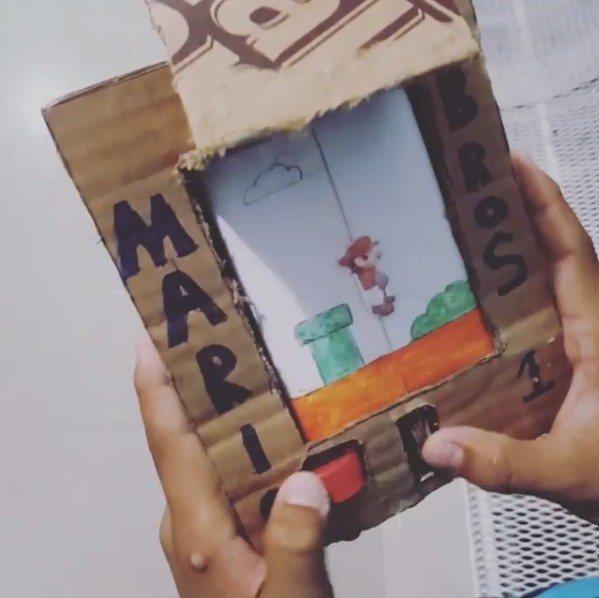 一名委內瑞拉的男孩因家中經濟拮据買不起遊戲機,竟利用紙板和瓶蓋,成功自製「超級瑪...
