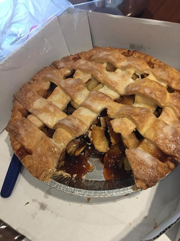 有女網友試吃好市多重出江湖的「隱藏版美食」蘋果派,卻因為口味太過甜膩大失所望。圖...