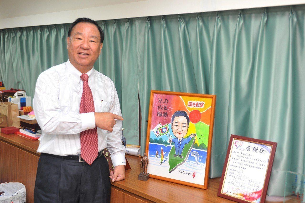 台南救國團義工王丁乙致贈親繪的葛永光Q版人物圖。 圖/救國團 提供