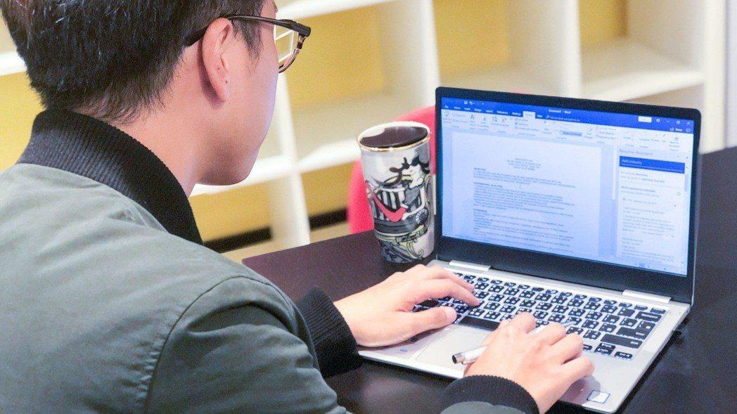 求職者可善用簡歷小幫手,撰寫一份吸睛的英文履歷。 照片提供/台灣微軟