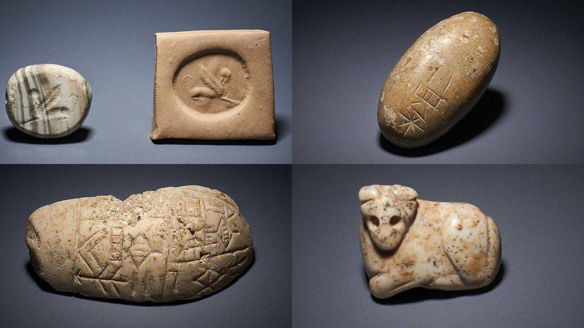 順時鐘方向依序為人頭獸身圖印章、刻有銘文的鵝卵石、大理石公牛綴飾、石膏製的殘缺錘...