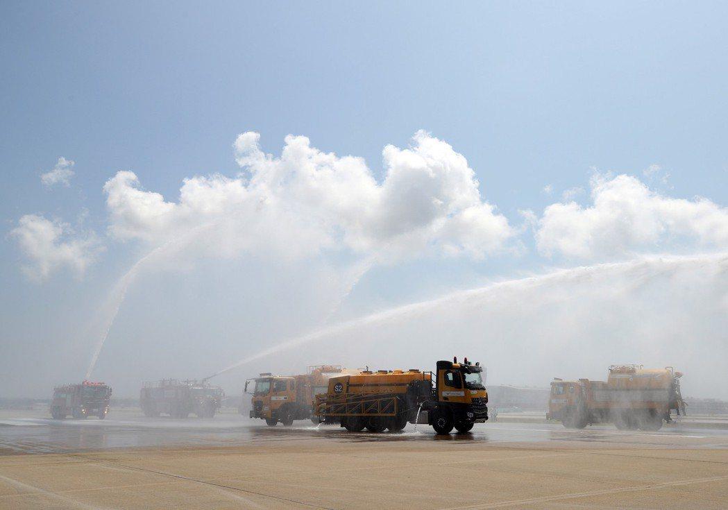 南韓仁川機場8日出動卡車在跑道上灑水降溫,以免跑道變形。 (歐新社)