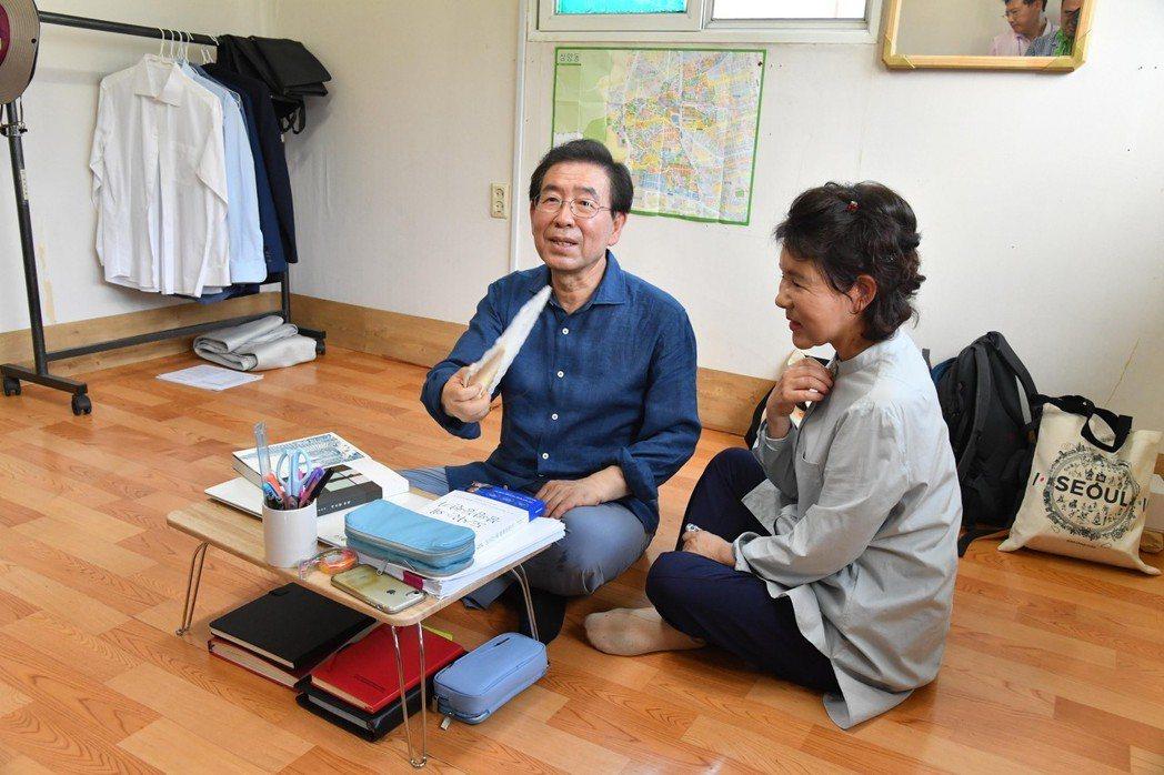 首爾市長朴元淳與妻子搬進沒有冷氣的頂加,體驗中下層百姓的生活。 (歐新社)