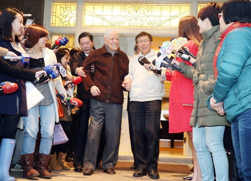 柯文哲(中右)當選台北市長後,曾到翠山莊拜會前總統李登輝(中左)。柯9日傍晚再訪...