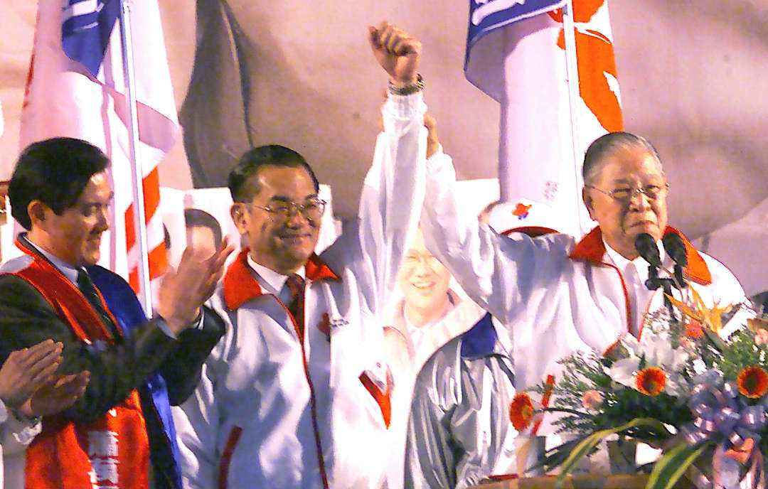 2013年李登輝新書自爆2000年國民黨敗選後,被連戰逼宮才辭去黨主席。圖為當年...