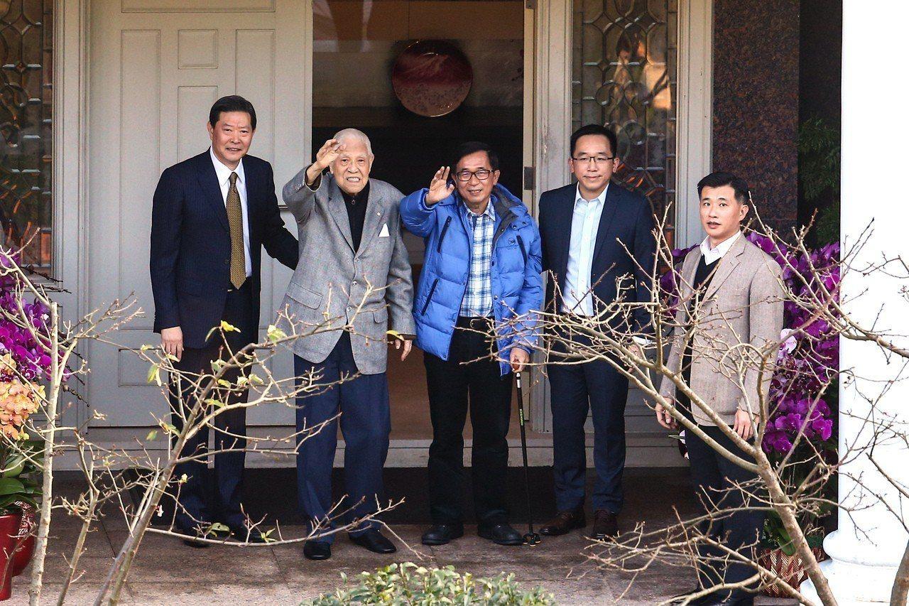 前總統李登輝(左二)96歲大壽,前總統陳水扁(中)與兒子陳致中(右二)親赴翠山莊...