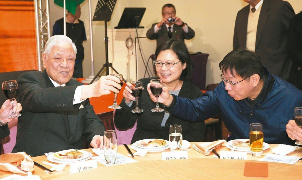 2015年前總統李登輝(左起)、民進黨主席蔡英文與台北市長柯文哲出席台灣國家聯盟...