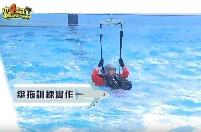 藝人邰智源接受求生與直升機吊掛訓練。翻攝空軍影片