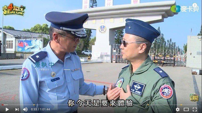 空軍特別派當年與邰智源就讀政戰學校的同學、空軍司令部副主任張執中(左)出面接待還...