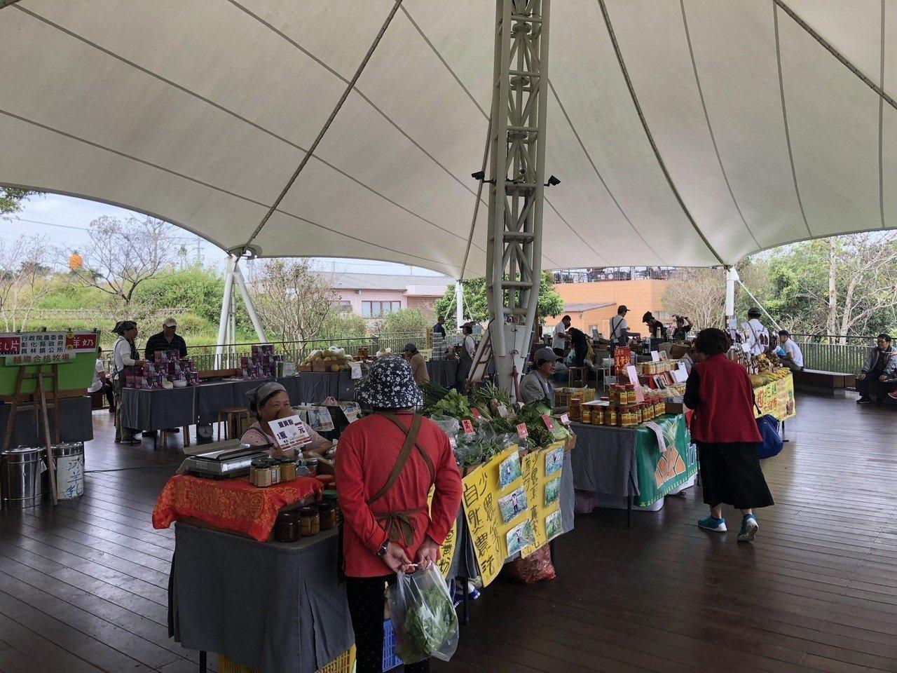 微熱山丘村民市集提供當地小農販售健康農產品管道,也一起做公益幫助偏鄉青少年。記者...