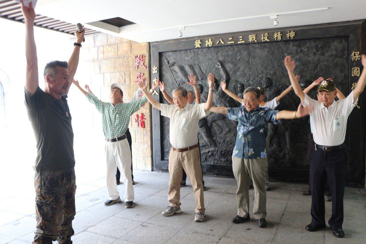 藝人黃仲崑(左1)以他最拿手的健身操為老人家設計健身動作,帶著老英雄們練習,希望...