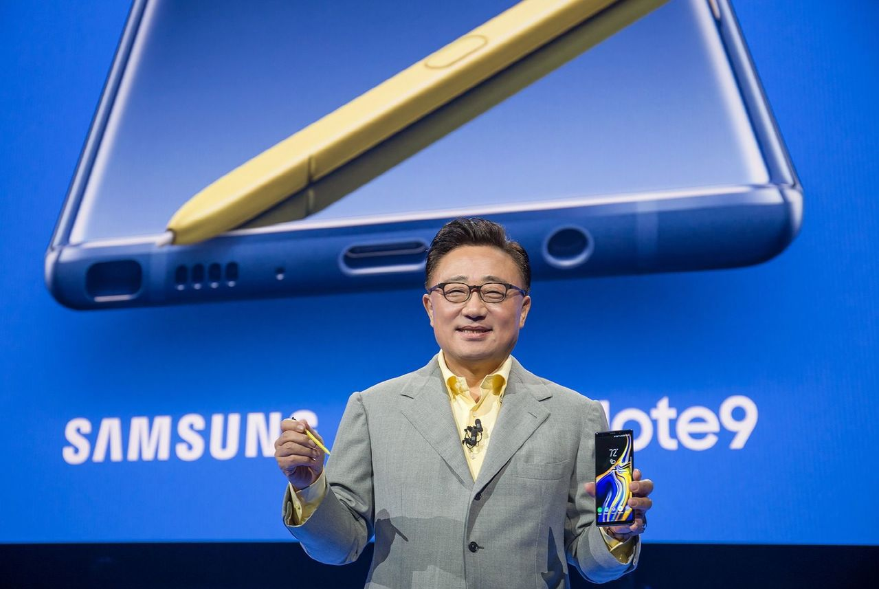 三星行動通訊事業部總裁高東真推介Note 9手機。路透