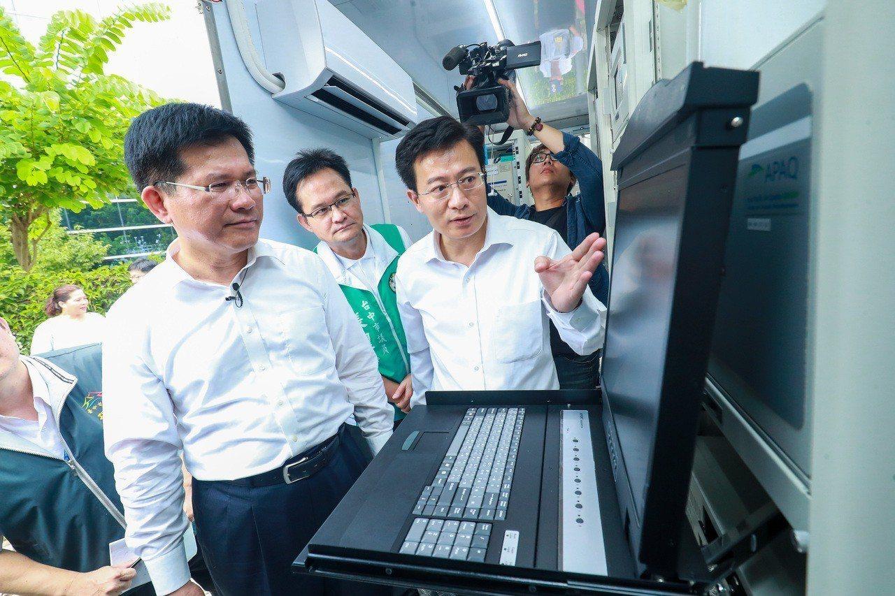 台中市新購4座移動式空氣品質監測站啟用,市長林佳龍(左一)說,這是打造「全國最完...