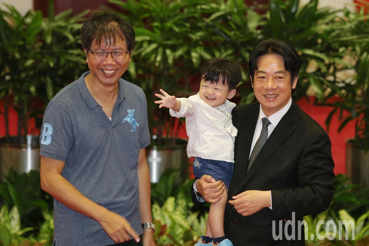 行政院上午舉行親子日活動,邀請院內公務人員的60多個家庭到行政院參觀,並與行政院...