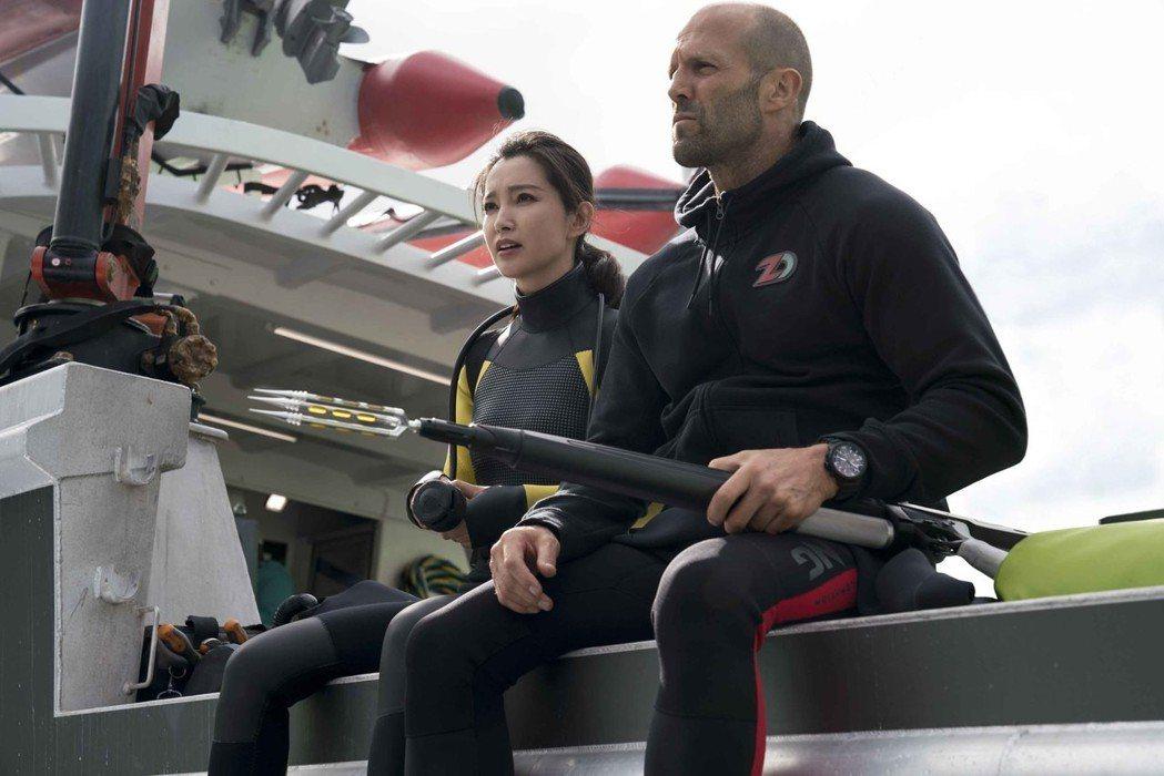 傑森史塔森在新片「巨齒鯊」中與李冰冰合作對戲。圖/華納兄弟提供