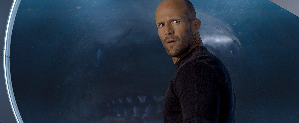 傑森史塔森在新片「巨齒鯊」裡面必須要對抗大型鯊魚。圖/華納兄弟提供
