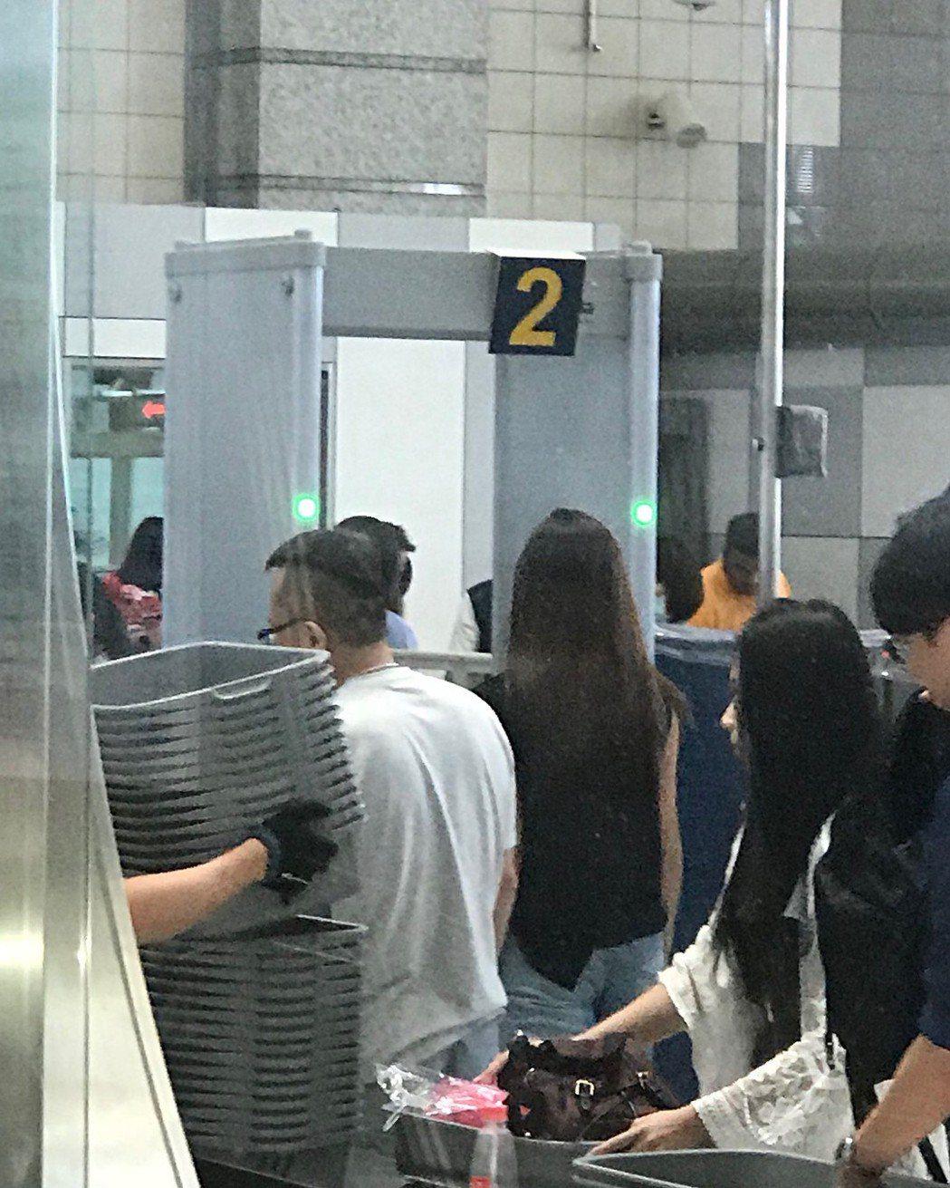 子瑜在媽媽陪伴下向機場櫃檯報到。圖/摘自IG