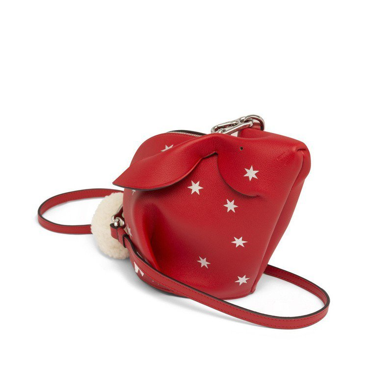 LOEWE Animals兔子造型紅色星星點綴小牛皮肩背包,售價56,000元。...